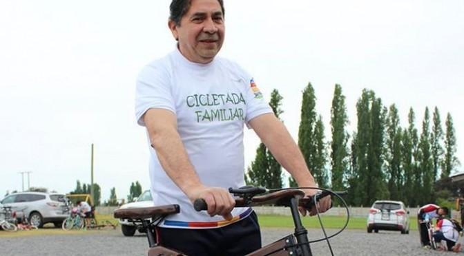 Hugo Villa con su bicileta construida en madera de tablero MDF.